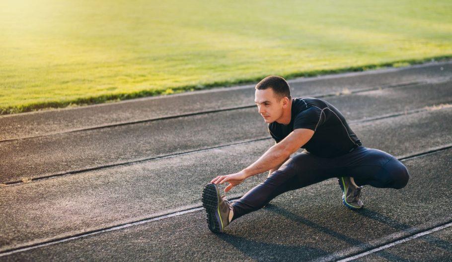 Около 10 минут выполняйте упражнения на растяжку ног
