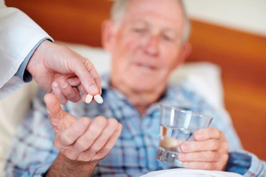 врач даёт мужчине таблетки