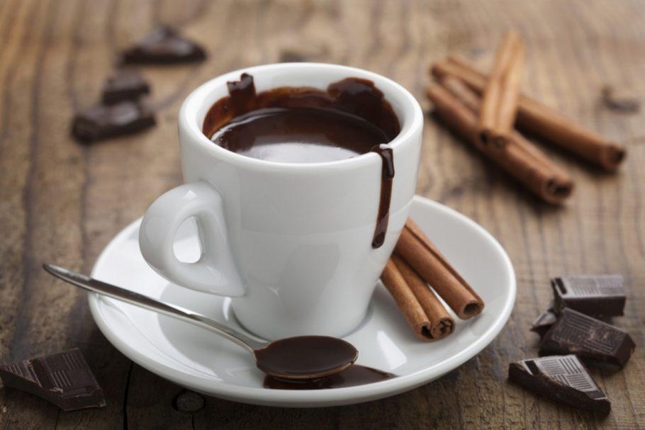 Горячий шоколад улучшает настроение, повышает жизненный тонус, увеличивает работоспособность, стимулирует умственную деятельность, улучшает память