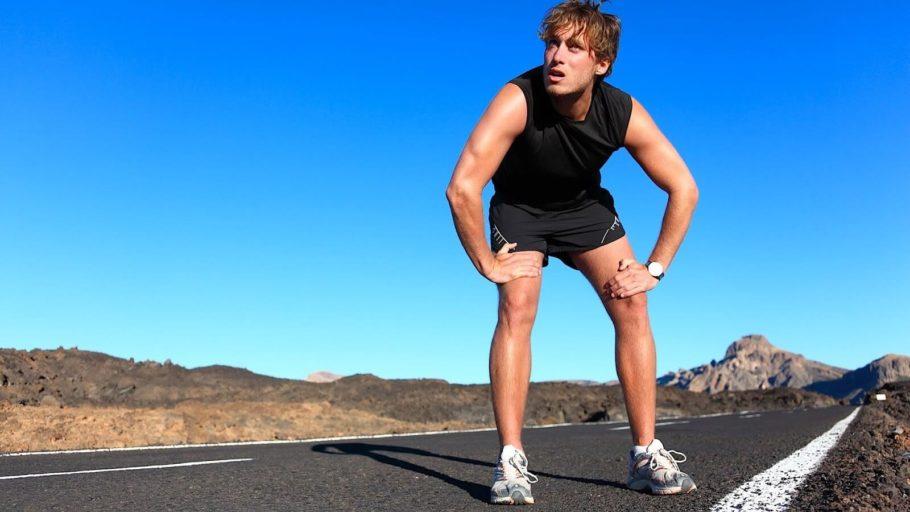 мужчина отдыхает после пробежки