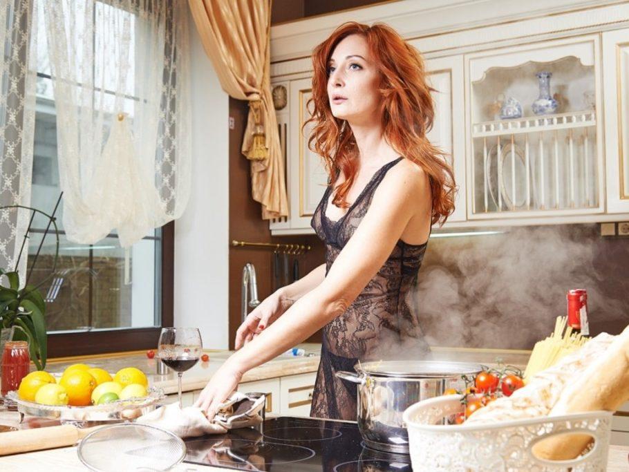 рыжая девушка на кухне