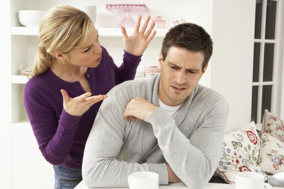 женщина ссорится с мужчиной