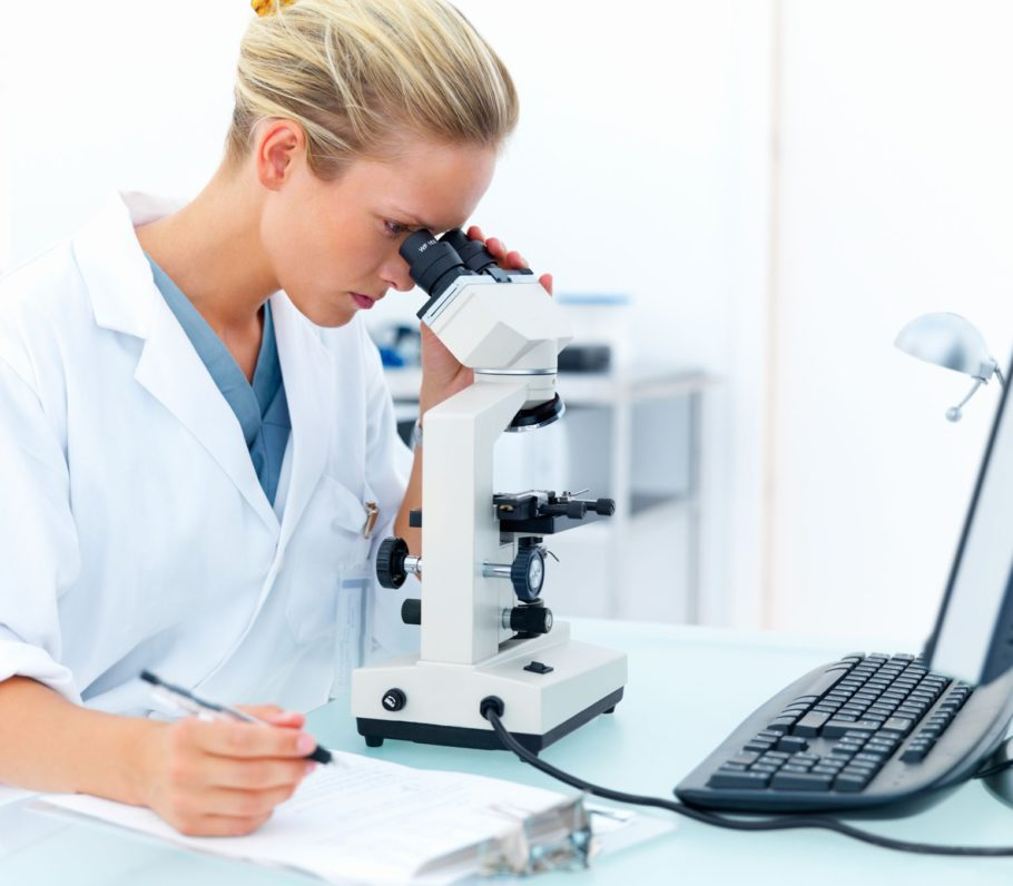 врач смотрит в микроскоп