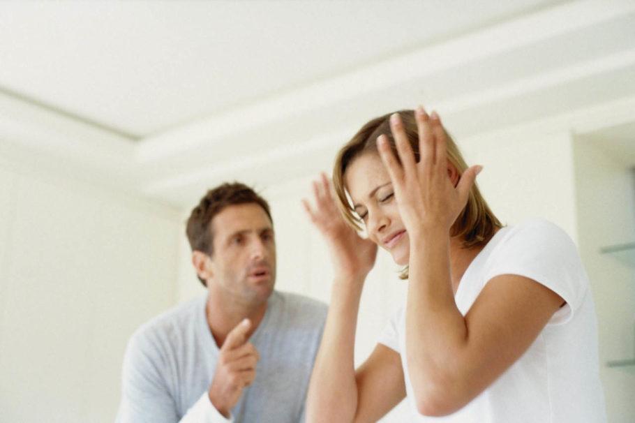 мужчина и женщина ссорятся