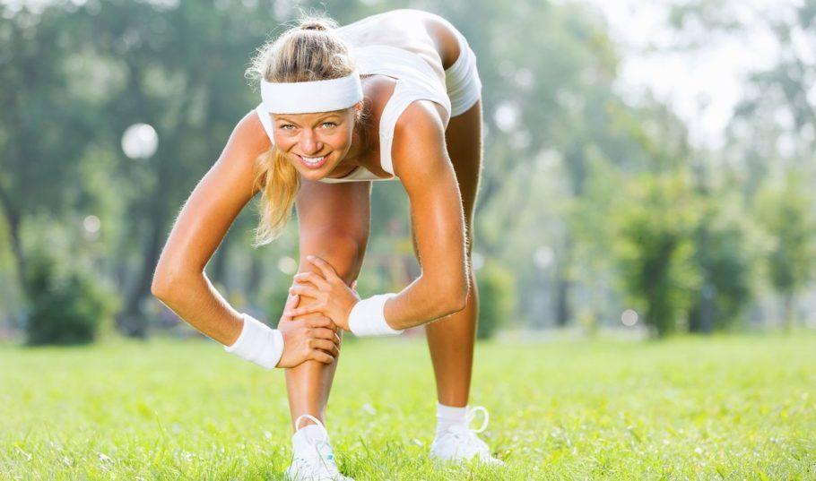 Разминка перед бегом поутру очень важна, так как мы только проснулись, мышцы после сна не эластичны, нужно их разогреть и размять