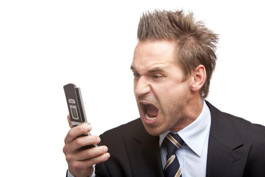 Мужчина кричит в телефон