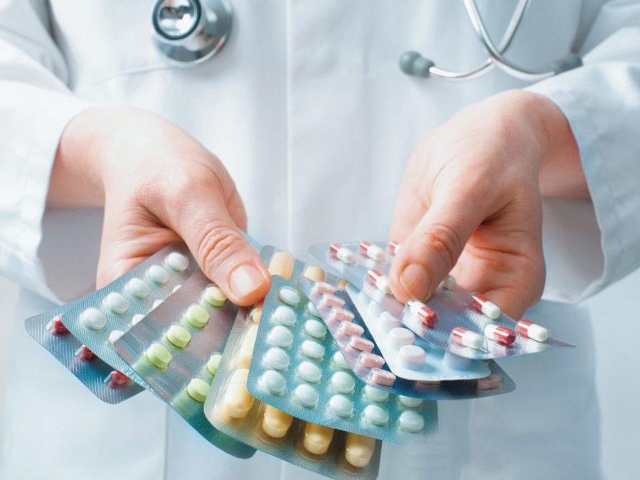 Таблетки в руках у доктора