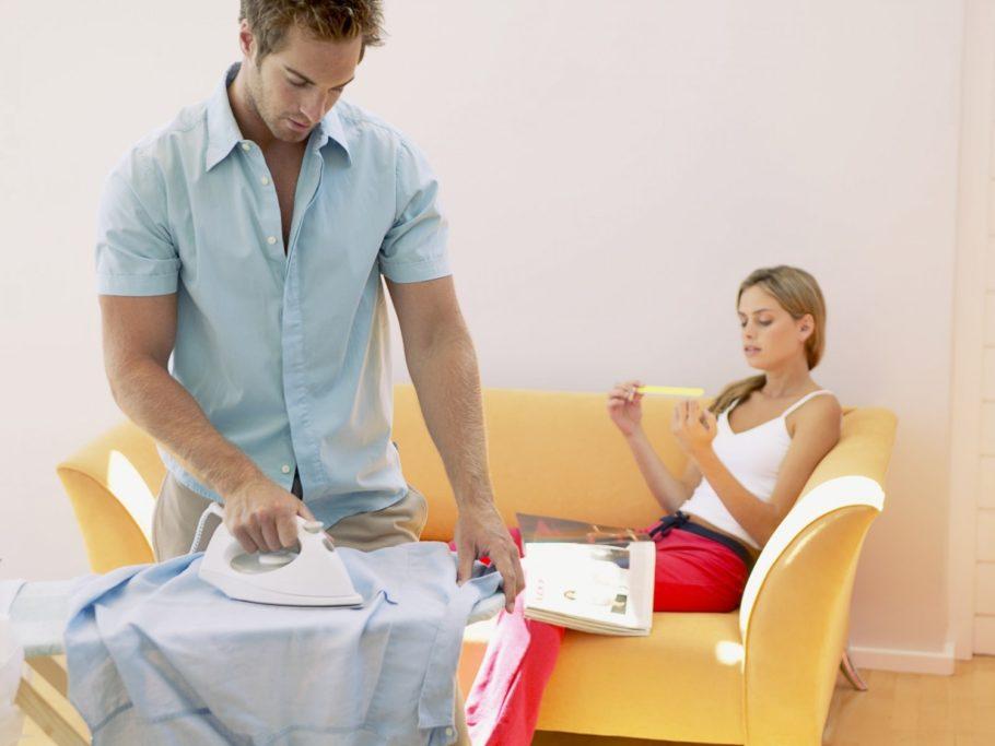 девушка лежит на диване парень гладит рубашку