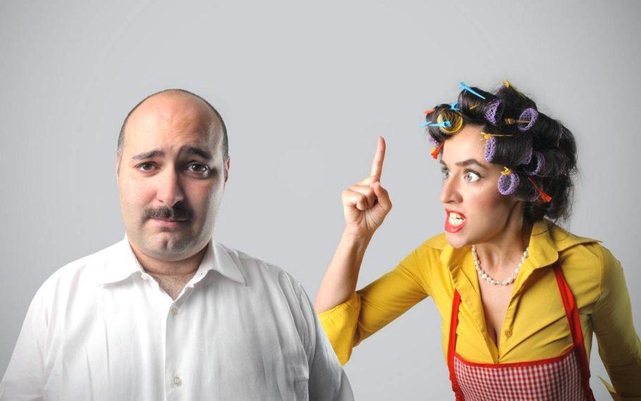 женщина в бигуди отчитывает мужчину