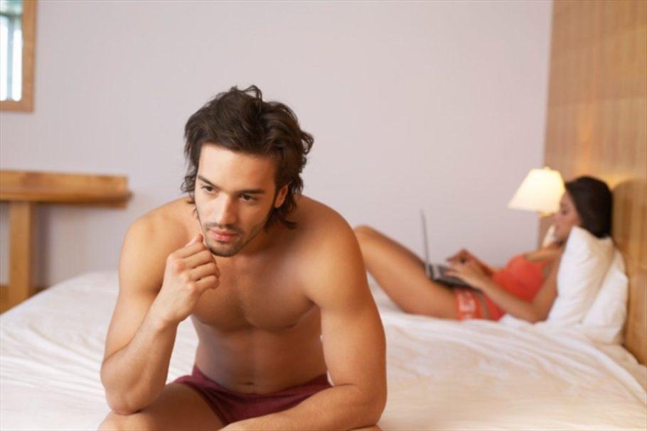 мужчина сидит на кровати рядом с девушкой