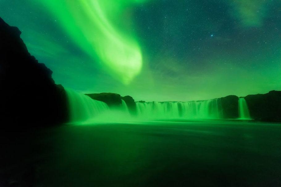 Северное сияние  над «водопадом Бога» в Исландии