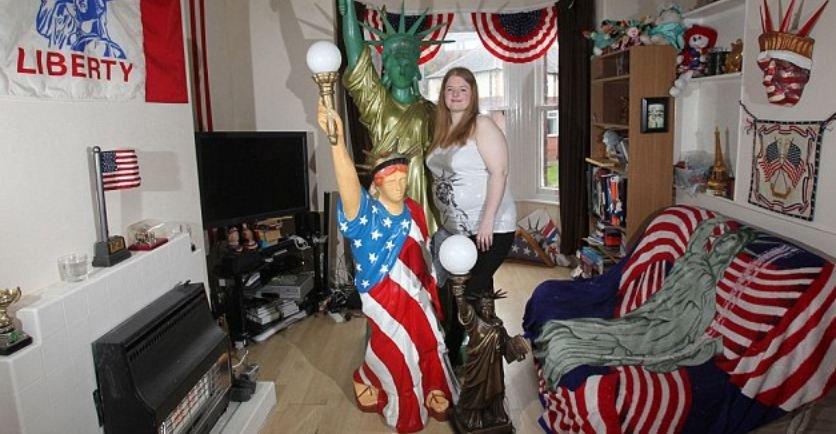 Англичанка игнорирует вопрос о том, не ревнует ли настоящая статуя Свободы к своим маленьким копиям