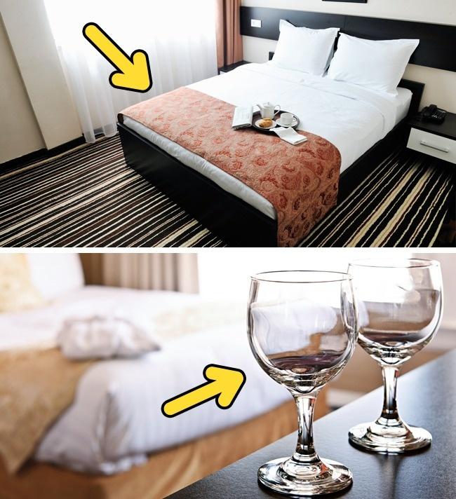 Кровать и стаканы в гостинице