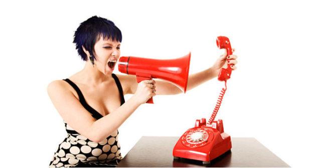 Женщина через рупор кричит в телефонную трубку