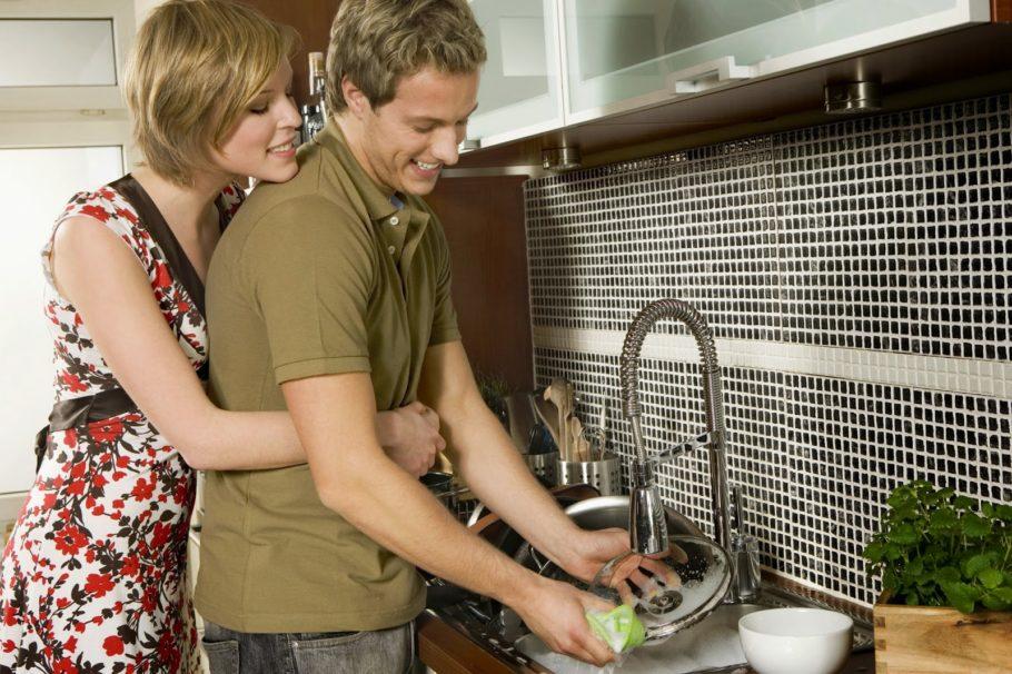Парень с девушкой моют посуду