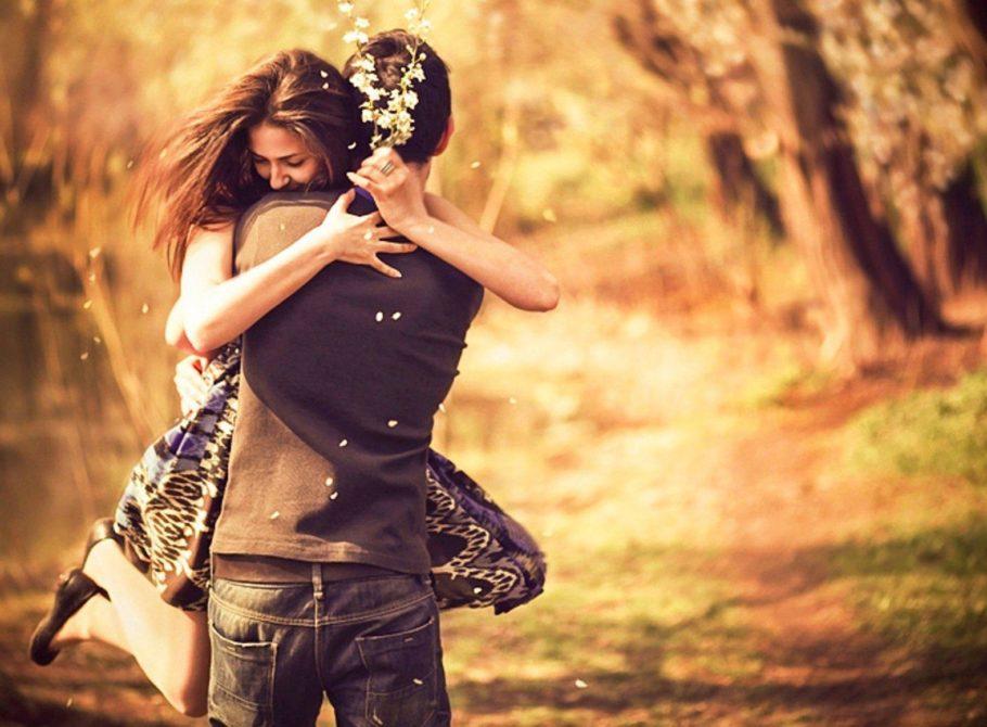 Парень носит девушку на руках