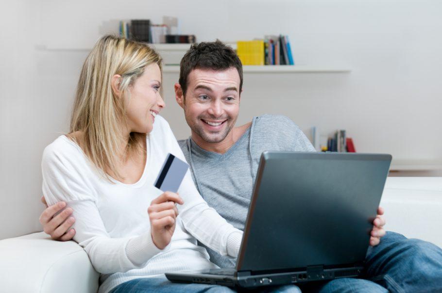 Парень и девушка делают покупки через интернет