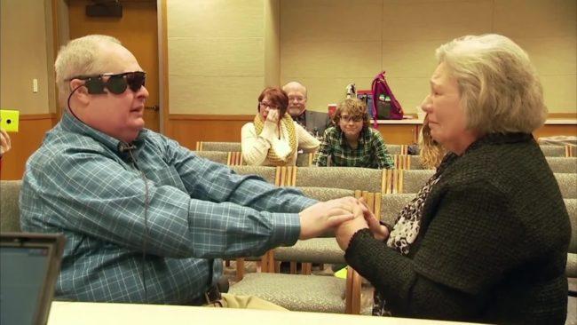 Слепой мужчина увидел свою жену