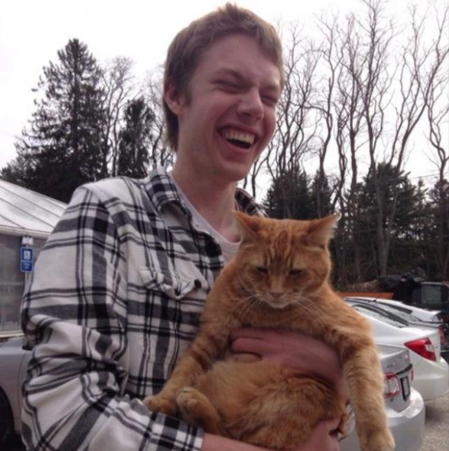 Слепой парень взял на руки кота