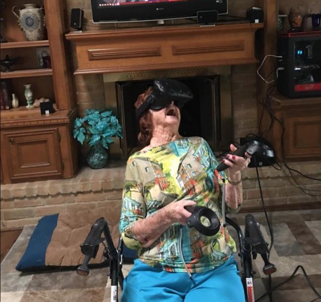 93-летняя бабушка и очки виртуальной реальности