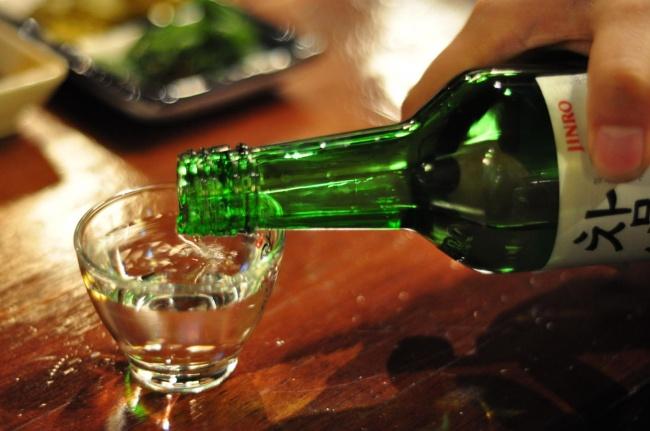алкоголь наливают в стакан