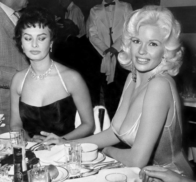 Софи Лорен на вечеринке вместе с Джейн Мэнсфилд