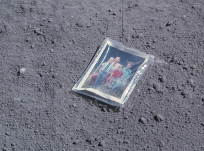 Семейная фотография на Луне