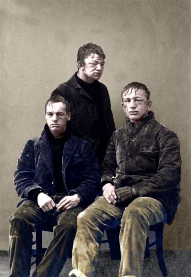 Молодые люди после игры в снежки