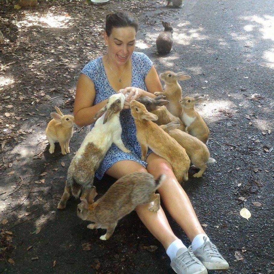 Женщина на острове кроликов в Японии