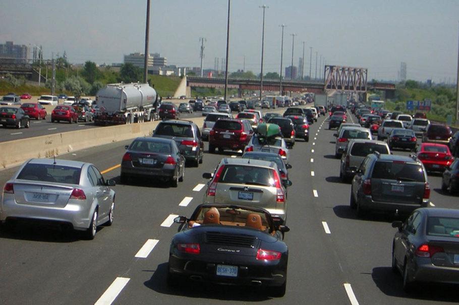 Дорожная пробка из сотен дорогих машин