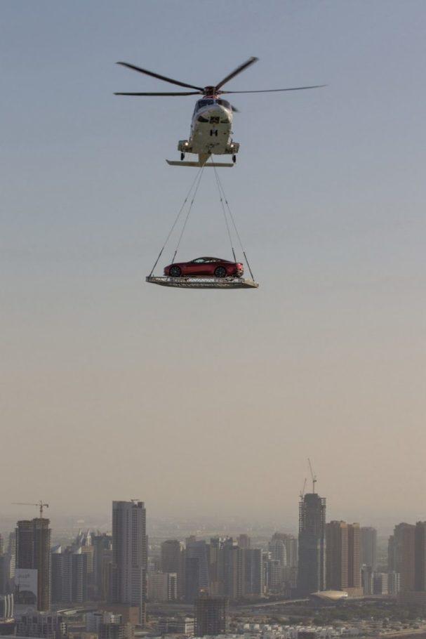 Вертолет перевозит автомобиль