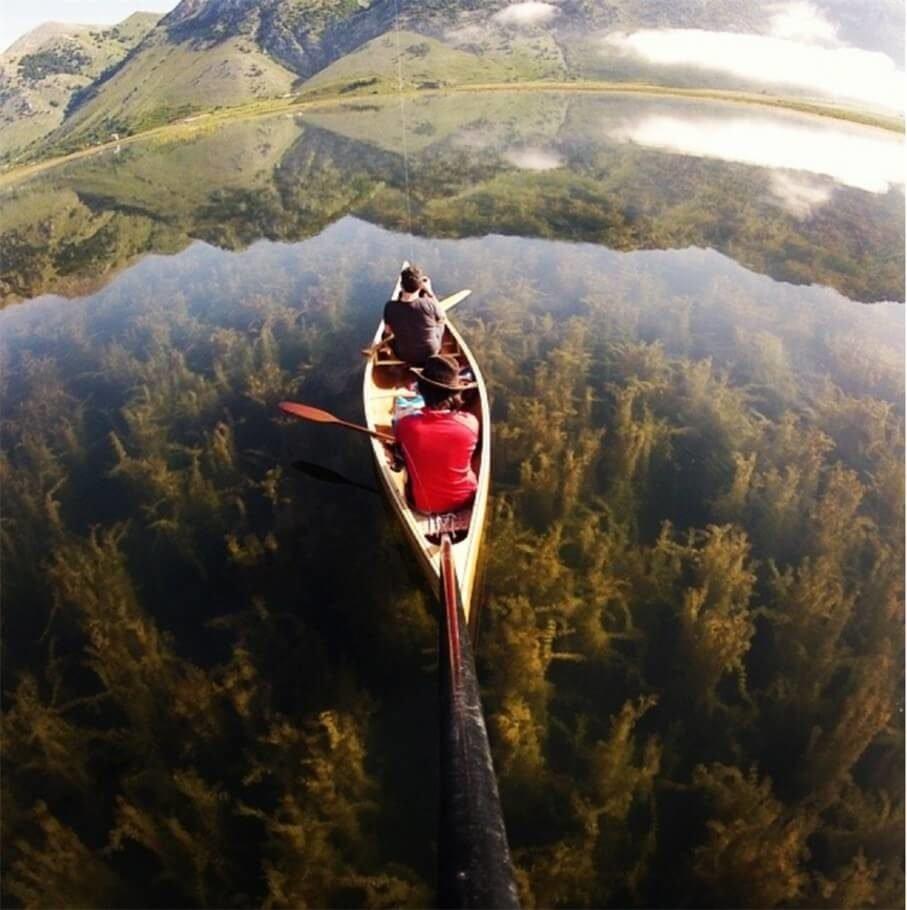 Каноэ на кристально чистом озере