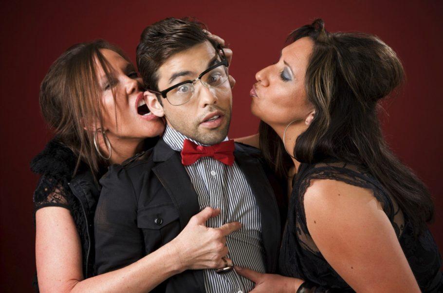 Скромный мужчина и 2 женщины