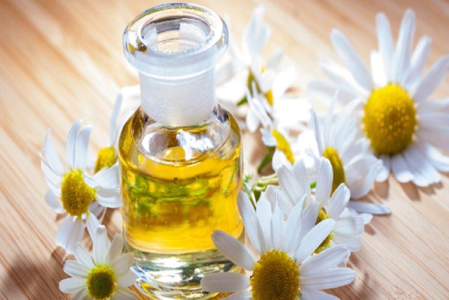 Чтобы усилить эффект от лечения, в ромашковые ванночки можно добавлять сушеную календулу, цветки которой известны своими противовоспалительными свойствами