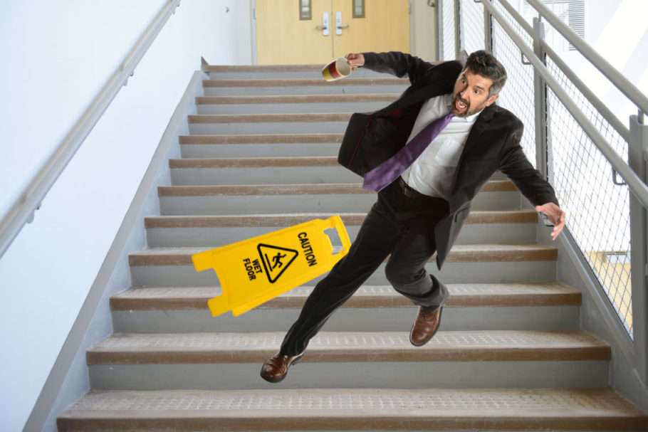 Никогда не держите руки в карманах, поднимаясь или спускаясь по лестнице