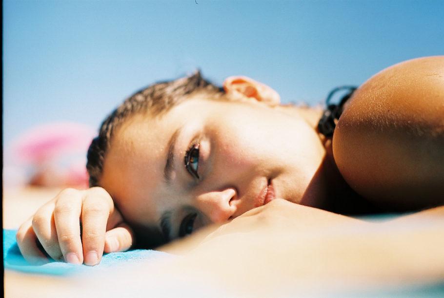 Девушка лежит на пляже