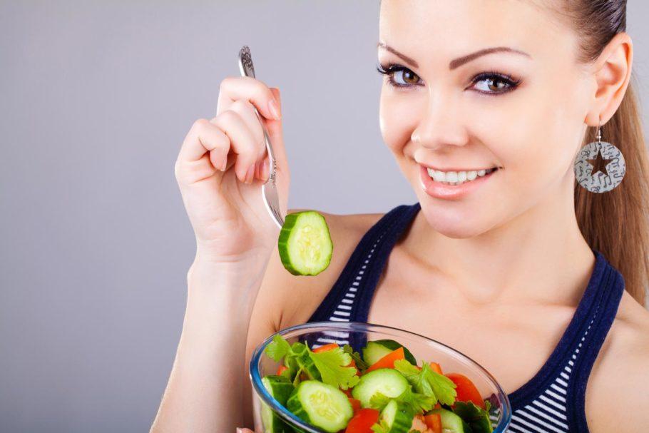 Конечно, свежие фрукты и овощи нельзя назвать вредной едой, но питаясь исключительно ими, человек лишает свой организм нужных ему белков и жиров