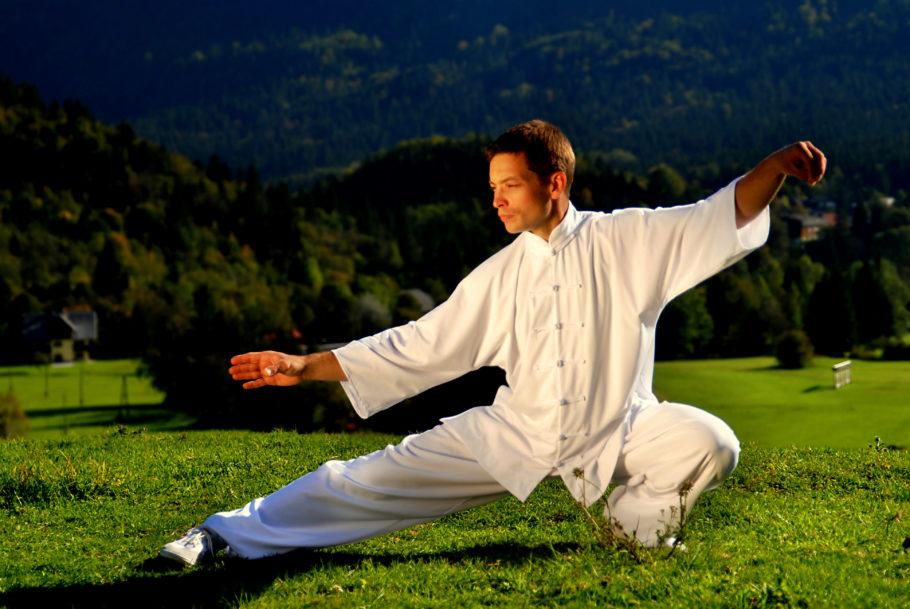 мужчина выполняет упражнение