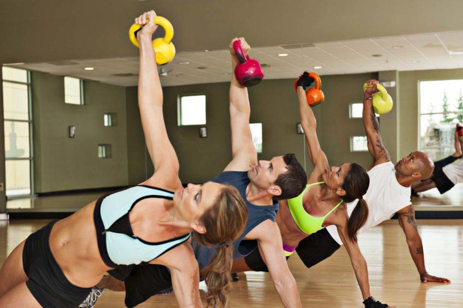 Для функционального фитнеса вам могут понадобиться особые аксессуары, например, фитбол, гантели, гири и так далее