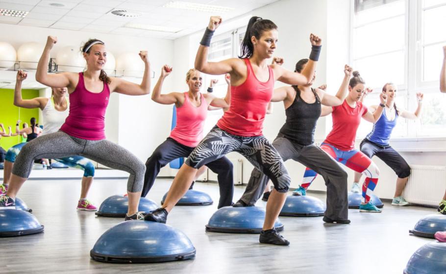 Упражнения функционального фитнеса готовят ваши мышцы для повседневной деятельности, а движения этих упражнений напоминают движения, которые вы обычно делаете, занимаясь домашними делами