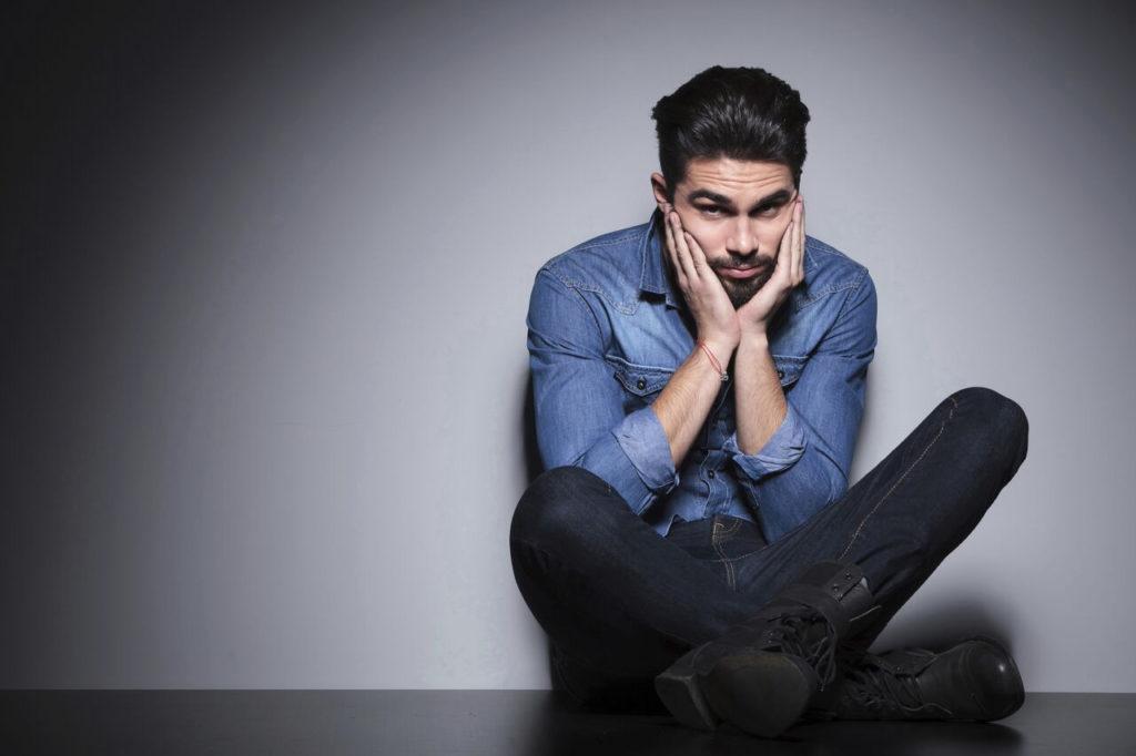 Мужчина в джинсовой рубашке сидит