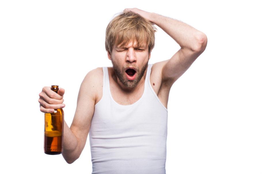 мужчина с пивом держится за голову