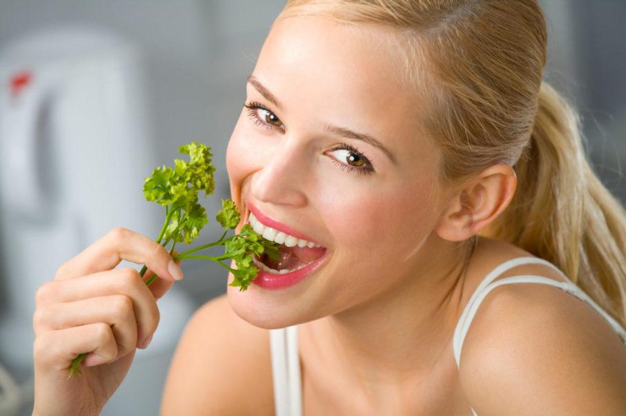 девушка ест петрушку
