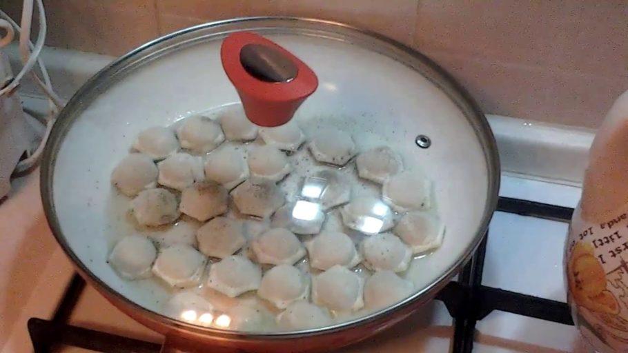 Крышкой можно накрыть их только в самом начале, и обжарить так каждую из сторон по одному разу, а затем крышку следует снять