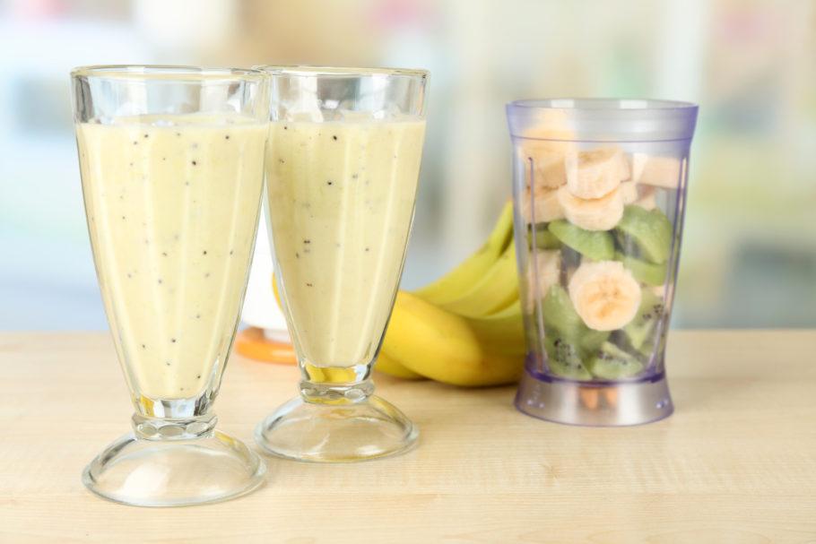 В качестве жидкой основы можно использовать натуральный, ванильный или фруктовый йогурты, ряженку, соки, молоко, травяные чаи или сам лед