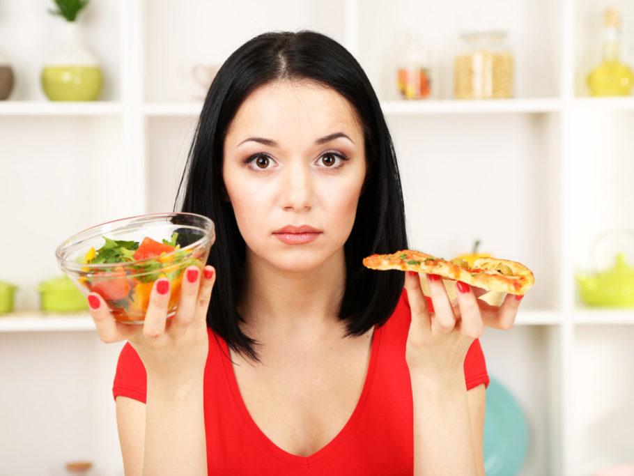 девушка с салатом и пиццей в руках