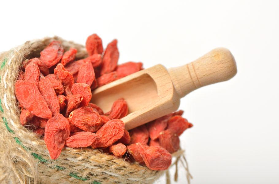 Таким образом, плоды, косточки, компоты и отвары из кизила являются одновременно и лакомством, и эффективным лекарственным средством