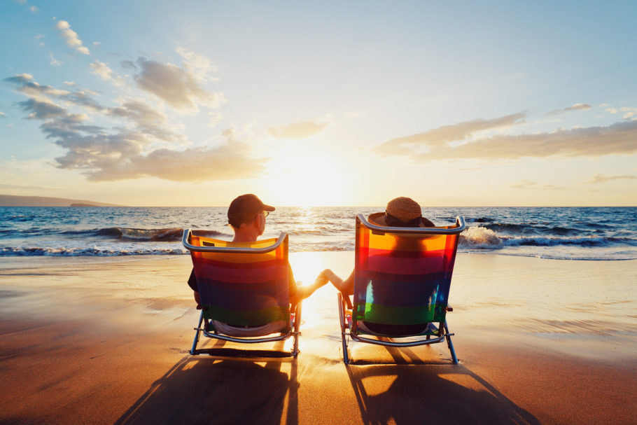 Мужчина и женщина отдыхают на берегу