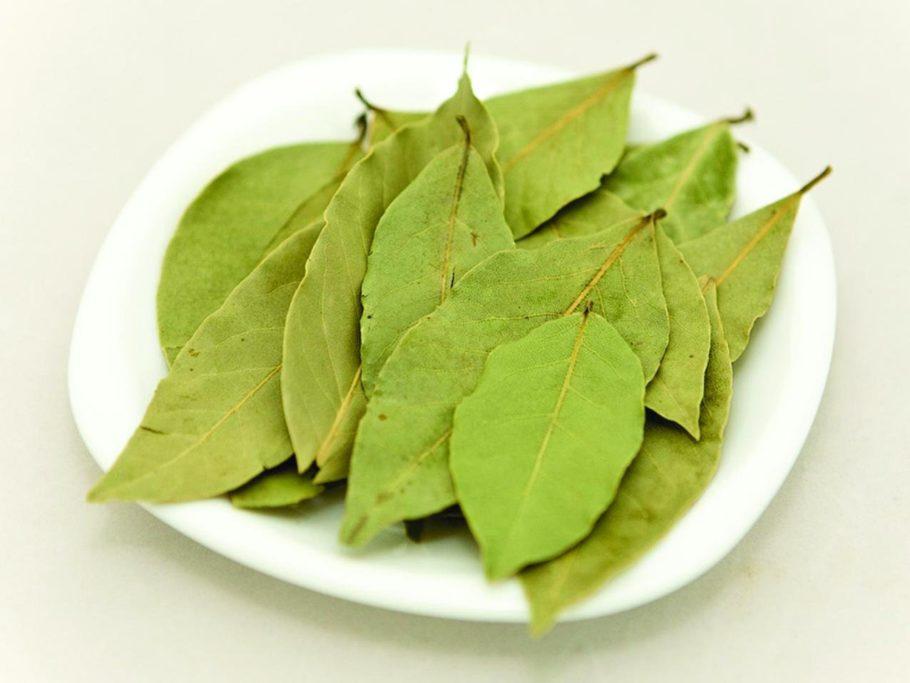 лавровые листы на тарелке