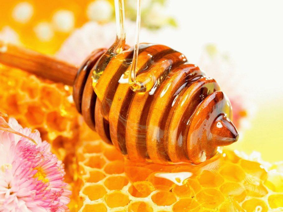 Что касается приёма внутрь, то есть мёд при геморрое лучше в чистом виде, рассасывая
